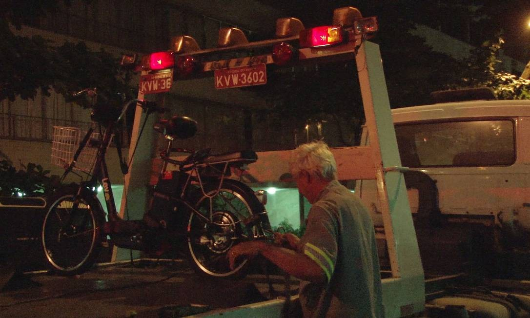 A bicicleta em cima do reboque: dono multado em mais de R$ 1.700 Foto: Fotos de divulgação