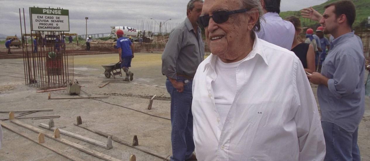 O arquiteto Oscar Niemeyer acompanha obras em Niterói, em 1999 Foto: André Corrêa / O Globo