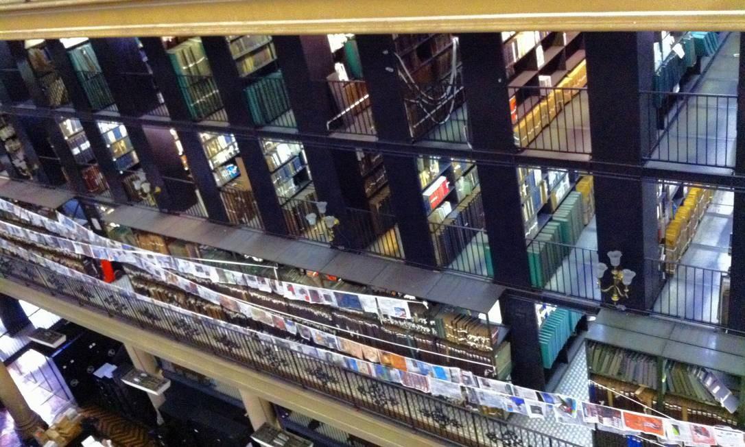 Periódicos pendurados em varais no próprio armazém Foto: Divulgação