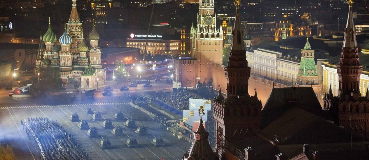 Veículos militares russos ensaiam desfile do Dia da Vitória na Praça Vermelha, em Moscou