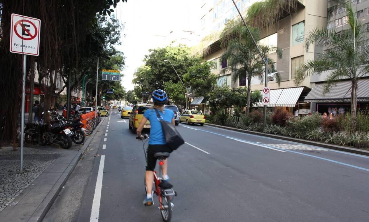 Já a Avenida Borges de Medeiros será transformada em mão dupla perto do Shopping Leblon Foto: Simone Marinho / O Globo