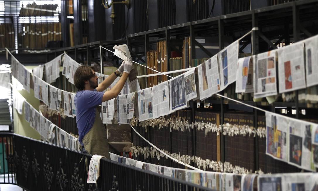 Técnicos da Biblioteca Nacional trabalham na recuperação dos periódicos atingidos por inundação causada por vazamento em ar condicionado Foto: Pablo Jacob / O Globo