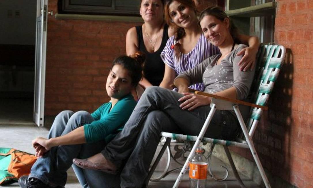 Analia Bouter (primeira à direita, sentada), mãe de Luz Milagros Foto: AP