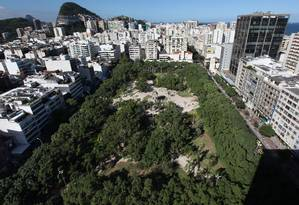 A Praça Nossa Senhora da Paz, em Ipanema, que terá o maior número de árvores retiradas Foto: Simone Marinho / Agência O Globo