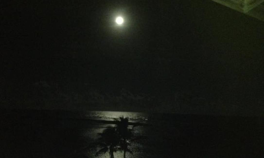 A claridade da lua se reflete no mar de Salvador, Bahia Foto: Foto do leitor Benito Gama / Eu-Repórter