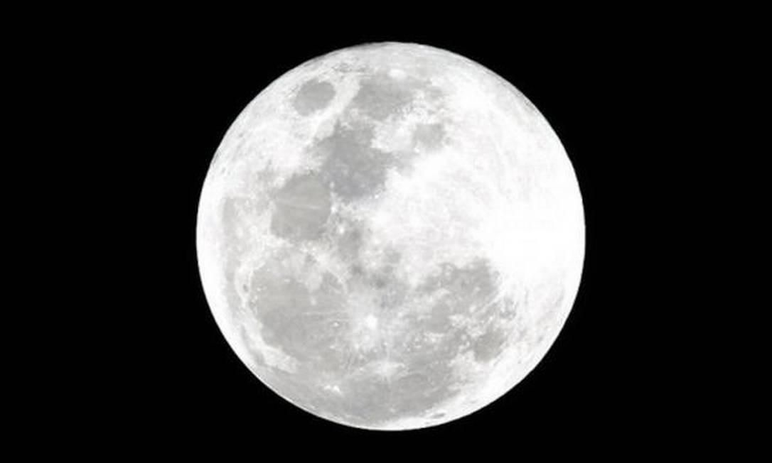 Lua cheia vista de Teresópolis Foto: Foto da leitora Carolina, enviada pelo Twitter / Eu-Repórter