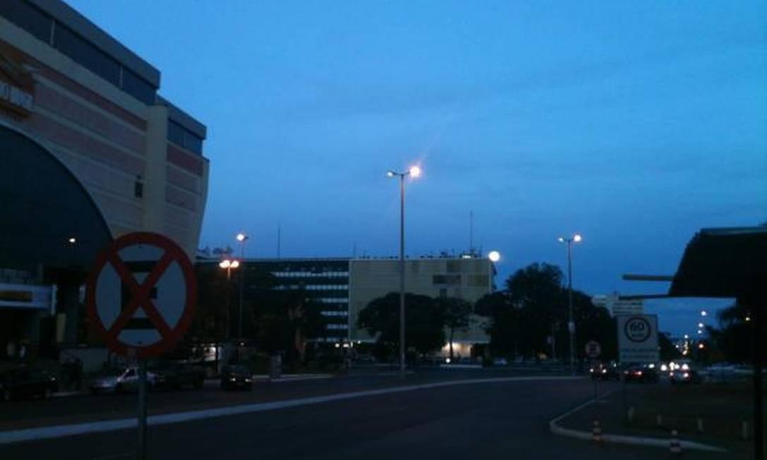Em Brasília, a lua se confunde com as luzes dos postes Foto: Foto do leitor Roni Wisley / Eu-Repórter