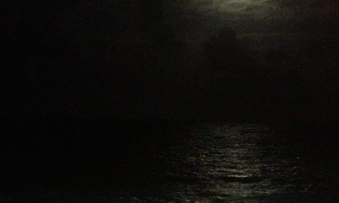 Entre nuvens, a lua aparece em Praia dos Artistas, em Natal Foto do leitor Silvio Bezerra / Eu-Repórter