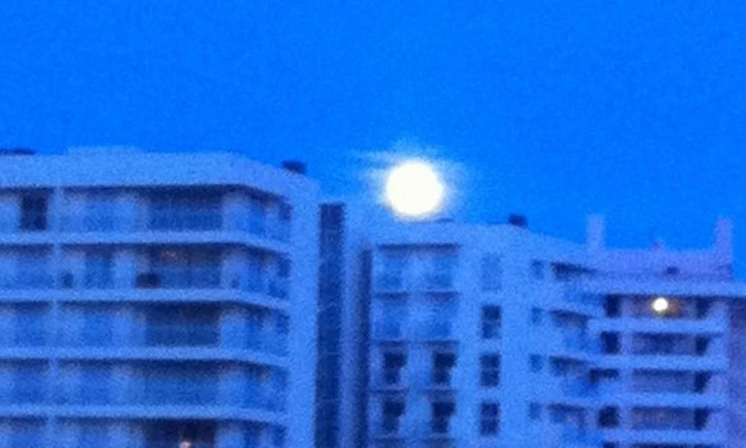 Direto da Ilha da Madeira, em Portugal, o registro da lua Foto da leitora Ana Ferreira, pelo Twitter / Eu-Repórter