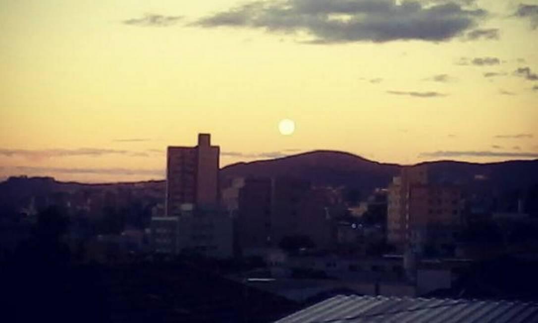 Em Belo Horizonte, a lua dá seus primeiros sinais ao pôr do sol Foto do leitor Rafael Soal / Eu-Repórter