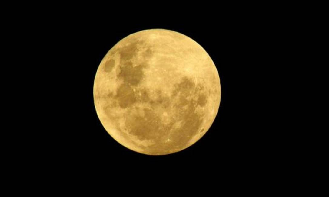 A lua dourada em São Gonçalo no sábado Foto: Foto da leitora Gabriela, pelo Twitter / Eu-Repórter
