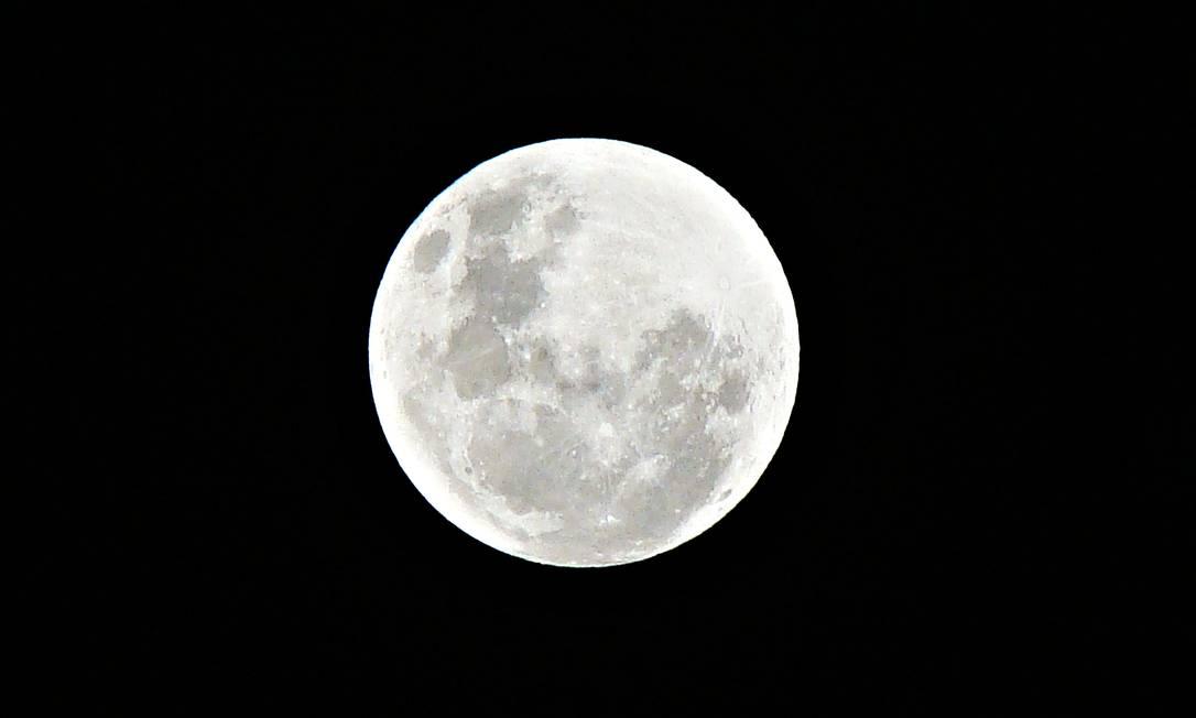Lua cheia vista em detalhes de Jardim Sulacap no sábado, no Rio. Foto do leitor Thiago Silva / Eu-Repórter