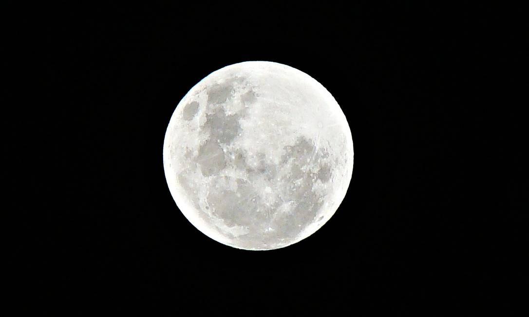 Lua cheia vista em detalhes de Jardim Sulacap no sábado, no Rio. Foto: Foto do leitor Thiago Silva / Eu-Repórter