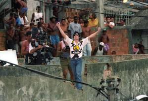 Astro pop Michael Jackson grava clipe na comunidade Santa Marta em 11/02/1996 Foto: Anibal Philot / O Globo