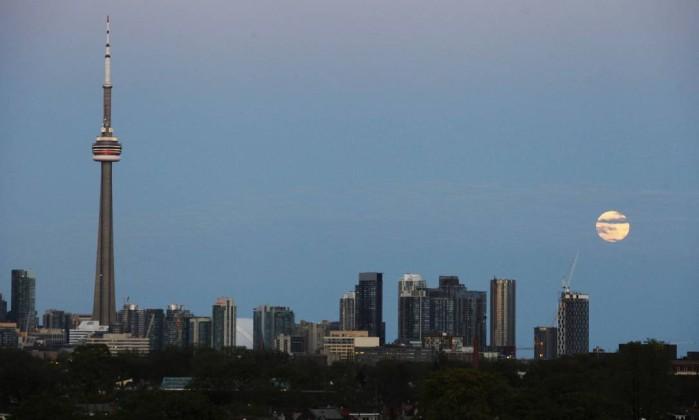 A Superlua surge no céu de Toronto. É o momento em que o satélite mais se aproxima da Terra March Blinch/ Reuters