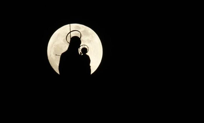No Líbano, a silhueta da estátua de Virgem maria e o Menino Jesus no sul do país árabe Ali Hashisho / Reuters