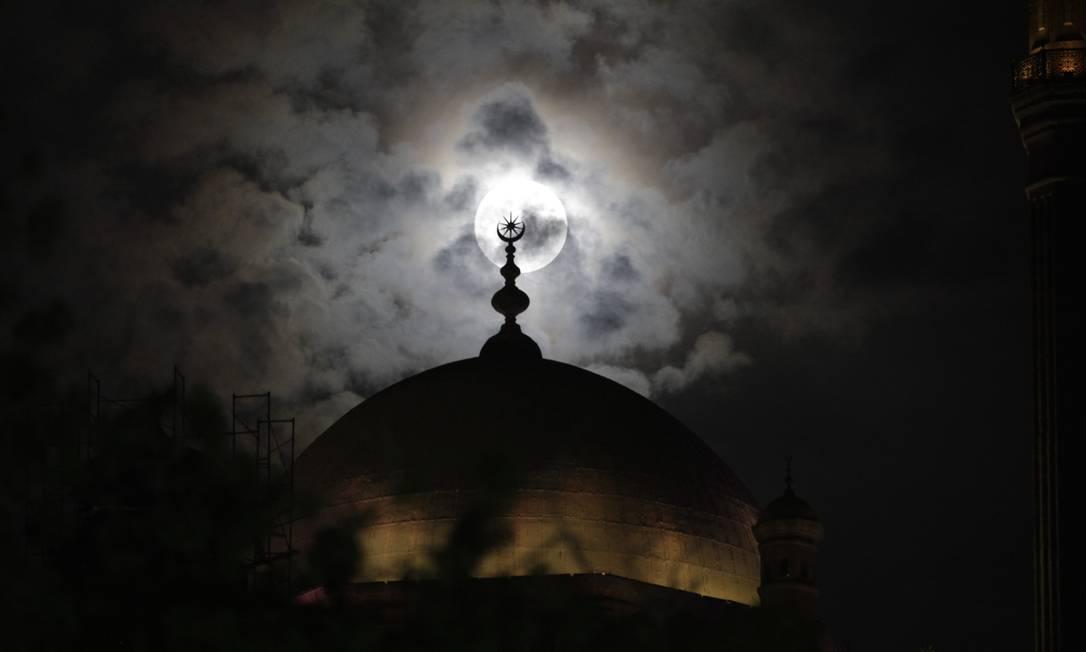 Desta vez, a Superlua é vista por trás do minarete da mesquita do Profeta Maomé, no Cairo, capital dos egípcios Asmaa Waguih / Reuters