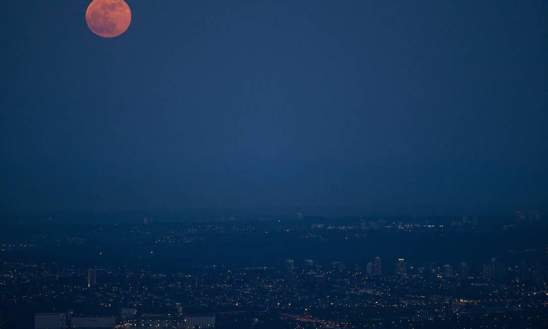 A Superlua sobre o horizonte de Vancouver, no Canadá. A visibilidade Lua fica 14% maior durante o fenômeno Jonathan Hayward / AP