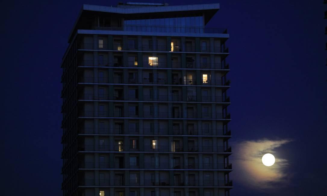 A SuperLua surge ao lado de um condomínio residencial em Bucareste, capital da Romênia Radu Sigheti / Reuters