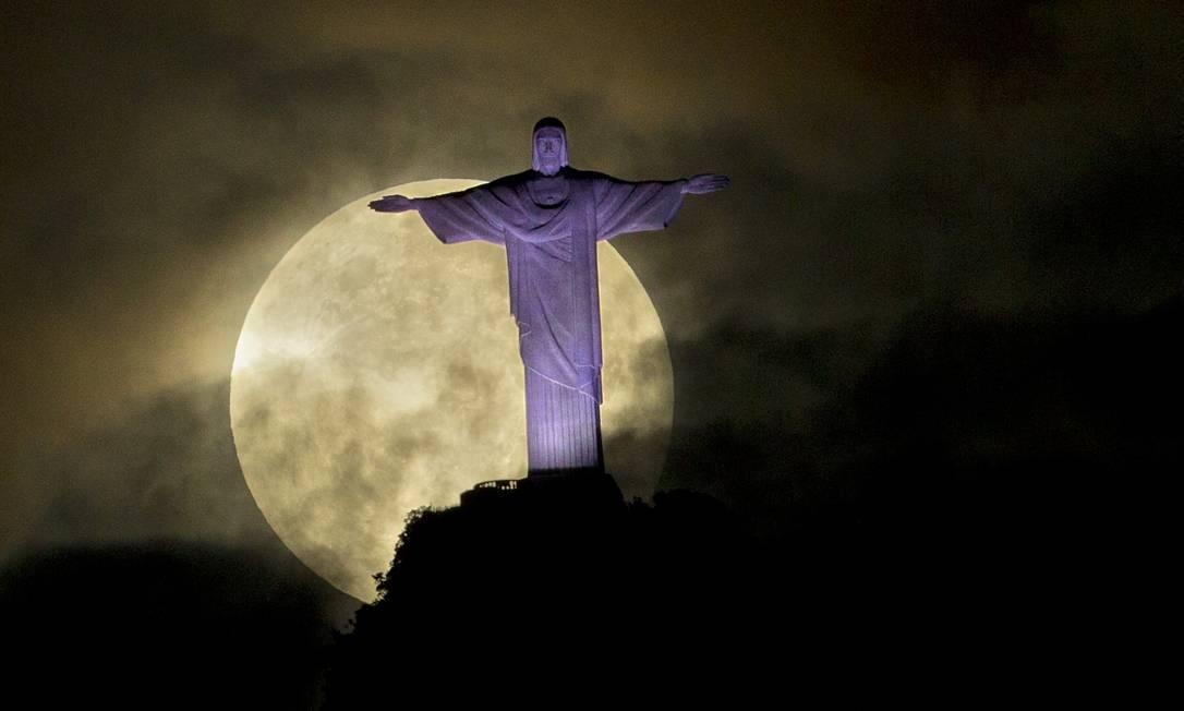 Superlua vista por trás do Cristo Redentor, na noite deste sábado Victor R. Caivano/ AP