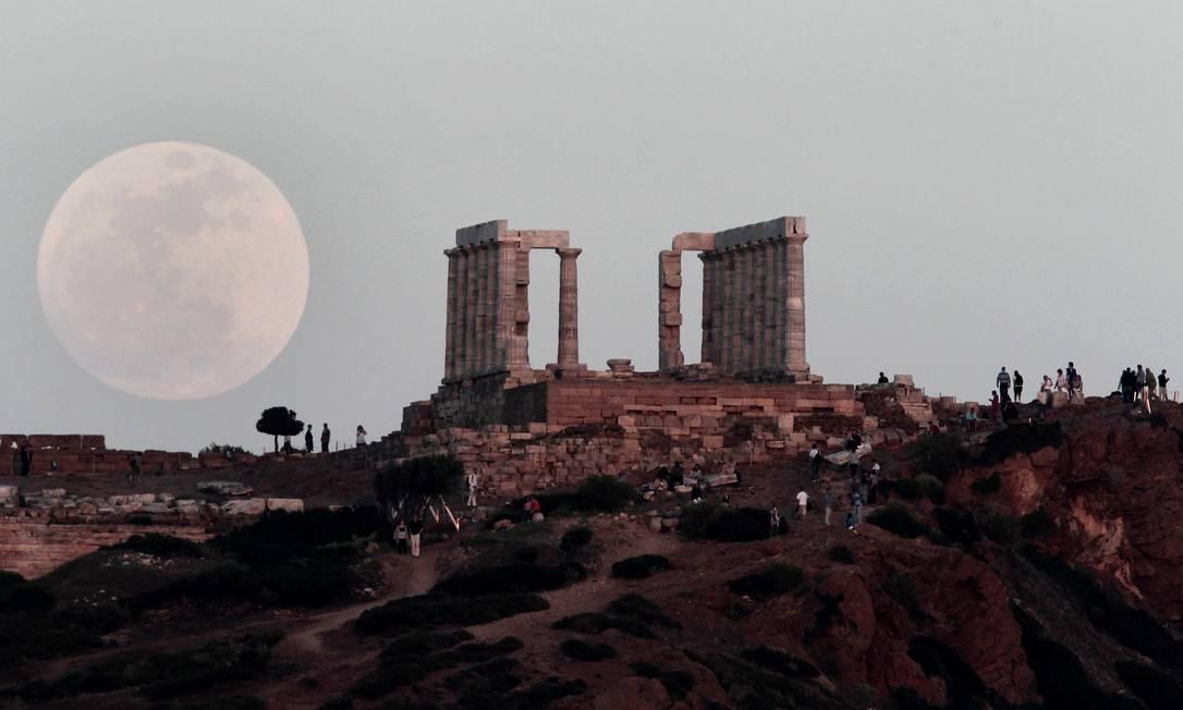 O satélite da Terra ao lado do Tempo de Poseidon, em Atenas Dimitri Messinis / AP