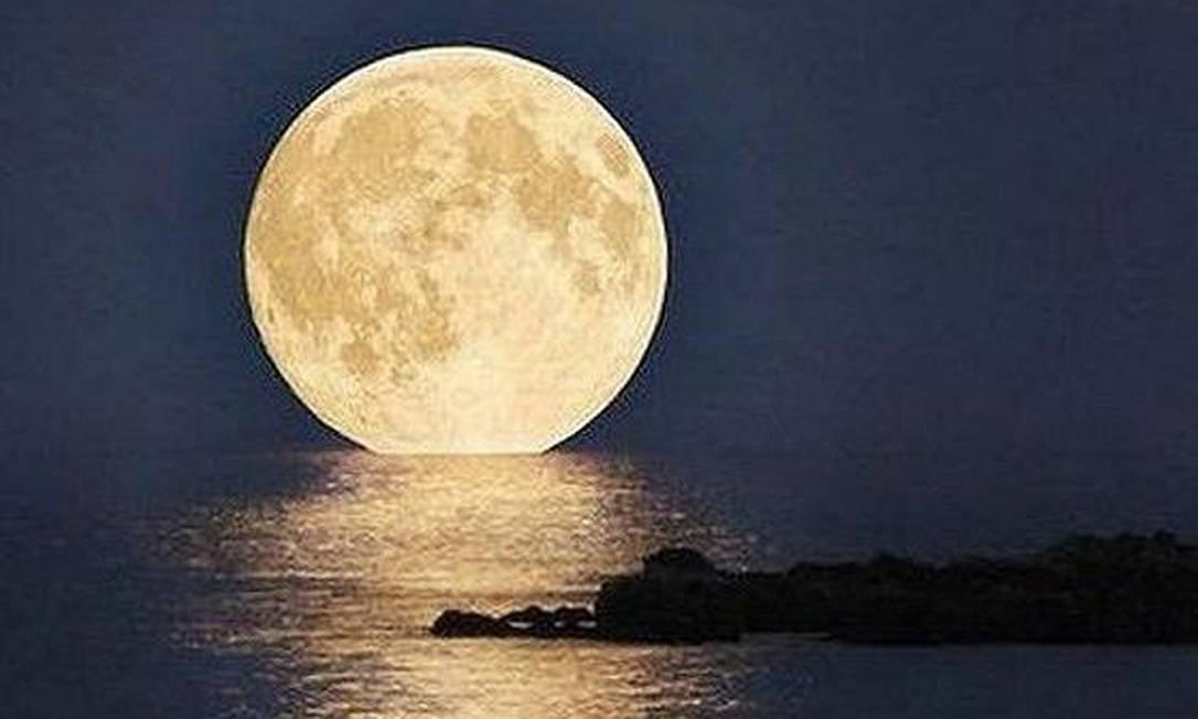 A lua parece flutuar sobre o mar. À 00h35 de domingo, a lua atingiu sua fase mais cheia ao mesmo tempo em que esteve no perigeu (ponto em que fica mais perto da Terra), estando maior e mais brilhante Foto da leitora Glaucia Menezes, via Facebook / Eu-Repórter