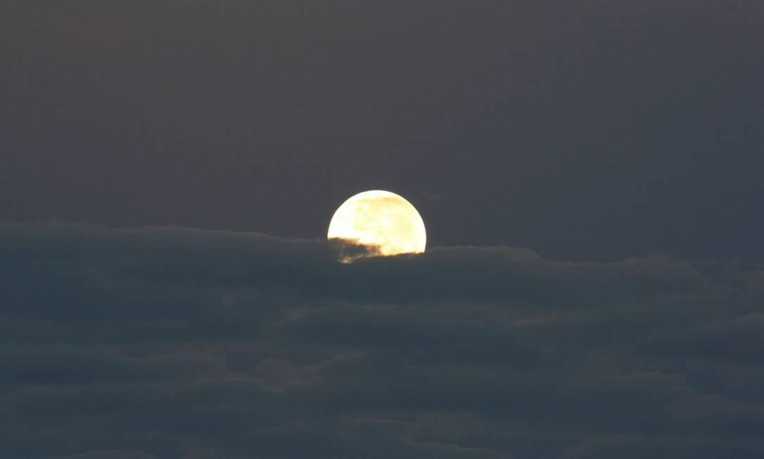 A lua se despede na manhã de domingo, vista do Sumaré Foto: Foto do leitor Marcos Estrella / Eu-Repórter