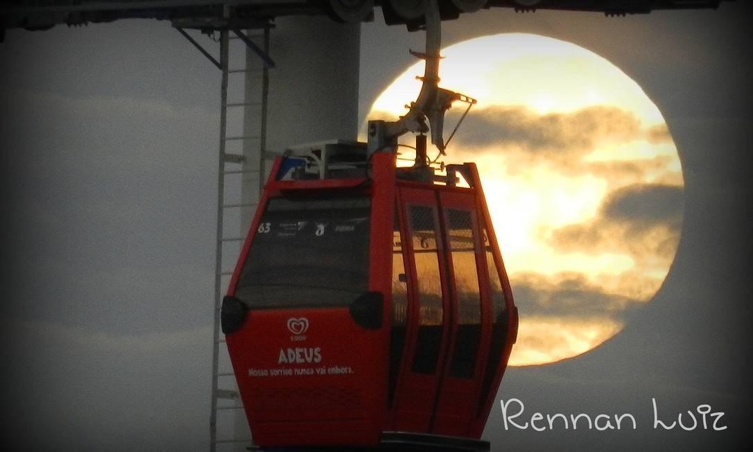 Teleférico no Complexo do Alemão, no Rio, em grande companhia Foto: Foto do leitor Rennan Luiz, pelo Facebook / Eu-Repórter