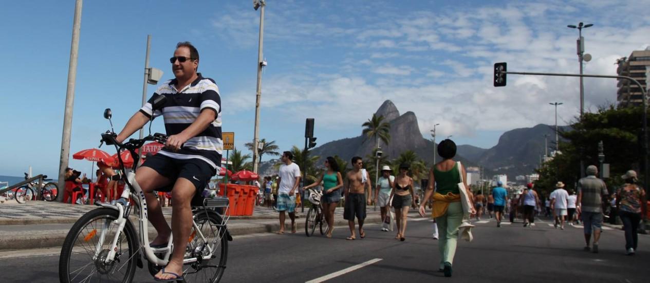 O advogado Ízio Mauro anda de bicicleta elétrica na orla, em maio de 2012 Foto: Simone Marinho / Agência O Globo