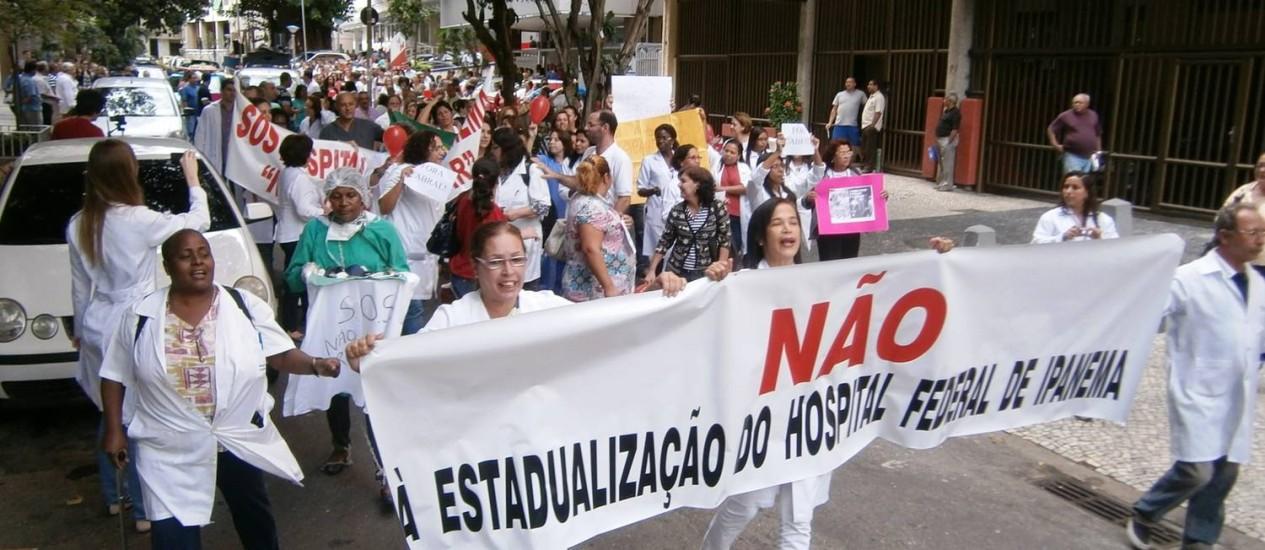Médicos e funcionários do hospital caminharam pelas ruas de Ipanema na manhã desta segunda-feira Foto: Divulgação / Cremerj