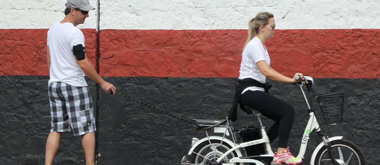 Bicicletas elétricas pela cidade: prefeito publicou decreto regulamentando uso no Rio Foto: Domingos Peixoto / O Globo
