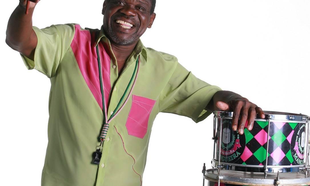 Mestre Taranta em foto de divulgação para o Carnaval de 2008, seu penúltimo à frente da bateria da Mangueira Foto: Marcelo Theobald