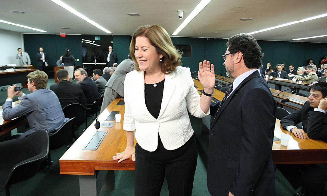 A ministra do Planejamento, Miriam Belchior chega à Comissão Mista de Orçamento para a apresentação oficial da Lei de Diretrizes Orçamentárias de 2013 e discutir a tramitação da proposta na Casa Foto: O Globo / André Coelho