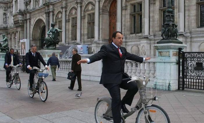 O governador do Rio, Sérgio Cabral, em viagem oficial, em frente à prefeitura de Paris Foto: Divulgação / Carlos Magno