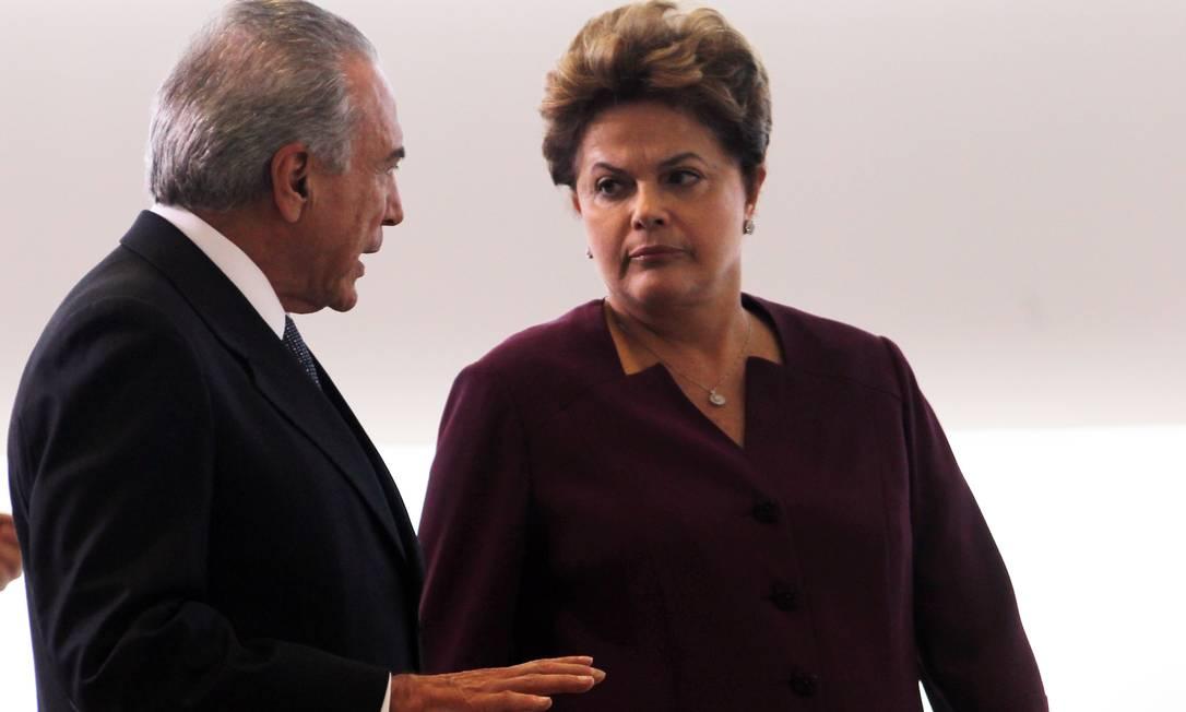 Relatório da Febraban irritou a presidente Dilma. No mesmo dia em que pediu retratação, terça, participou de apresentação de Oficiais-gerais em Brasília (foto) Foto: Gustavo Miranda / Agência O Globo