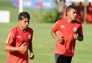 Magal corre em volta do campo ao lado de Kléberson. Ele quer uma chance para mostrar o seu futebol Foto: Fla/Imagem / Divulgação