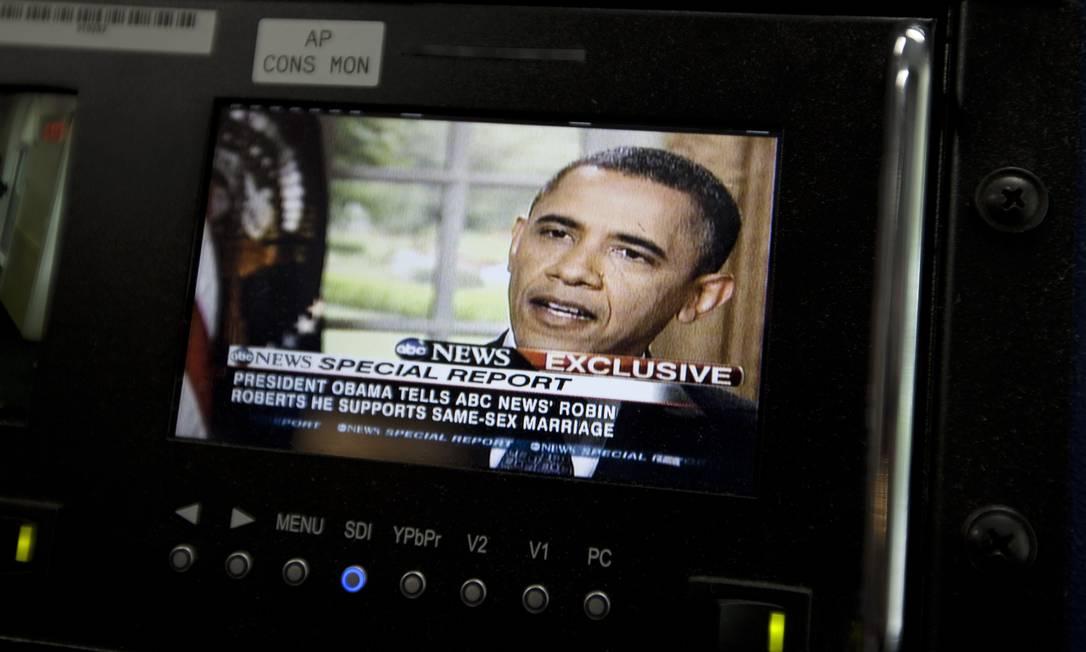 O presidente Barack Obama aparece no monitor da Casa Branca em Washington, durante declaração sobre apoio ao casamento gay Foto: Carolyn Kaster/AP