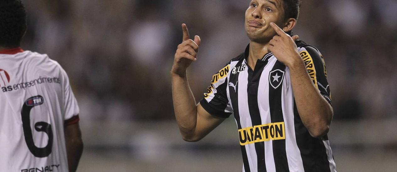 Elkeson provoca a torcida ao abrir o placar no Engenhão, contra o Vitória Foto: Alexandre Cassiano / O Globo