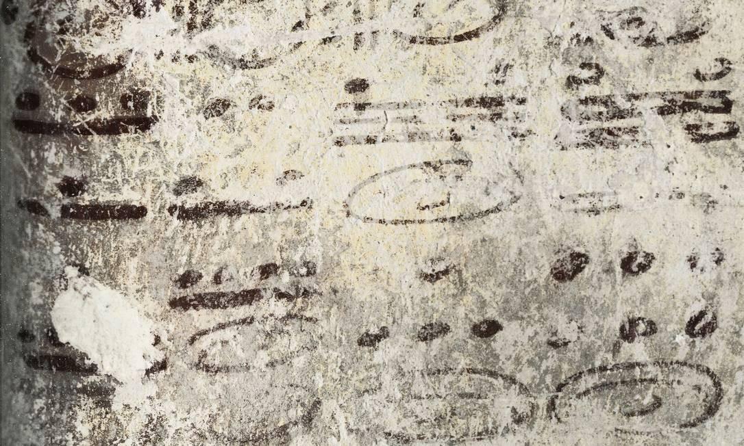 Quatro colunas de inscrições trazem números que indicam a quantidade de dias em quatro calendários cíclicos dos maias, um deles avançando quase 7 mil anos no futuro Foto: William Saturno e David Stuart © 2012 National Geographic