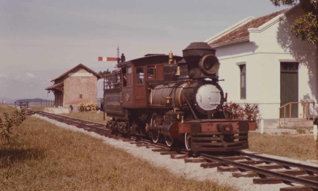 Uma locomotiva deixa a Estação de Guia de Pacobaíba em 1974 Foto: Guido Motta, retirada do livro Formação das Estradas de Ferro no Rio de Janeiro, de Helio Suêvo