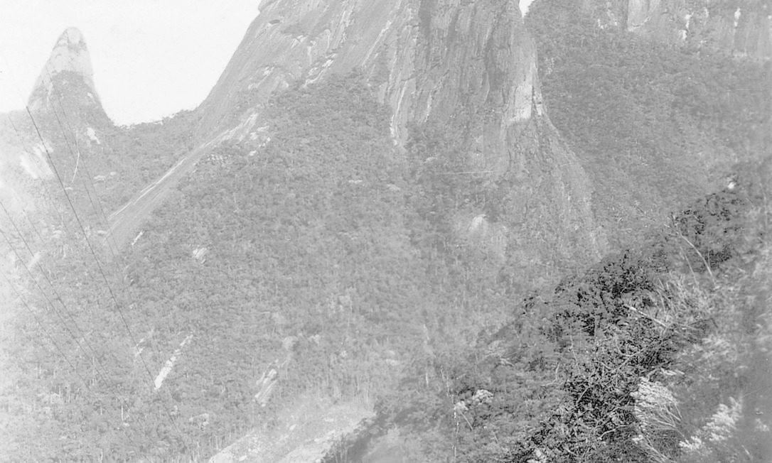 Locomotiva trafega na antiga Estrada de Ferro Teresópolis. Parte do trajeto do ramal de Guapimirim é o mesmo que lavava passageiros à cidade real Foto: Coleção de Flavio Francesco, retirada do livro Formação das Estradas de Ferro no Rio de Janeiro, de Helio Suêvo