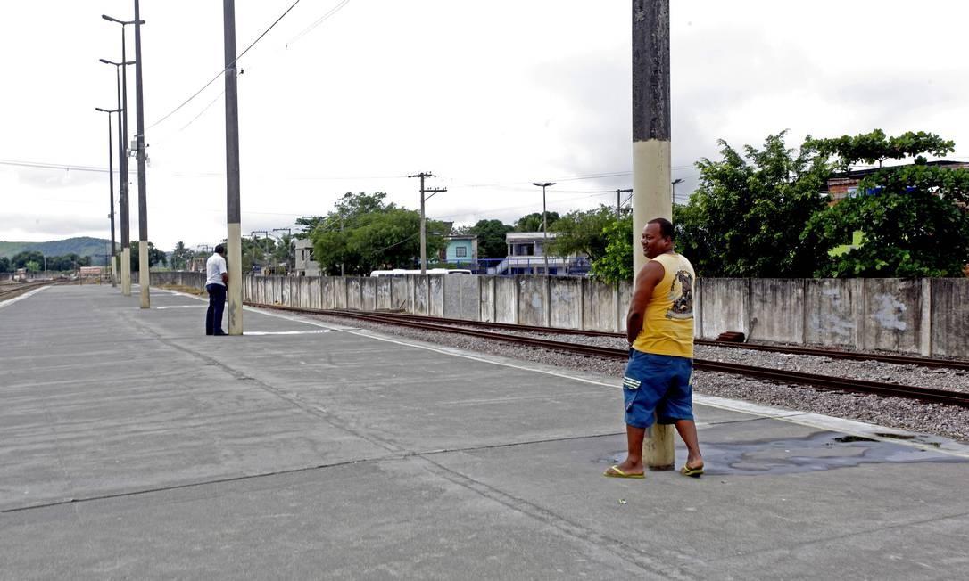 Sem banheiros, a estação de Saracuruna é cheia de poças de urina Foto: Custódio Coimbra / O Globo