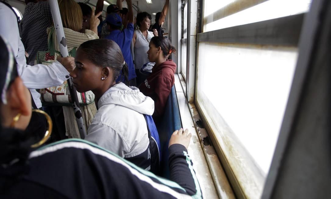 Vagões cheios no ramal de Vila Inhomirim, um dos que ainda são operados por locomotivas Foto: Custódio Coimbra / O Globo