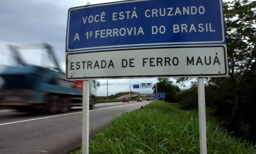 A BR-116 passou por cima do leito da primeira estrada de ferro do Brasil. Nesta placa, a CRT avisa os motoristas da passagem pelo local histórico Foto: Custódio Coimbra / O Globo