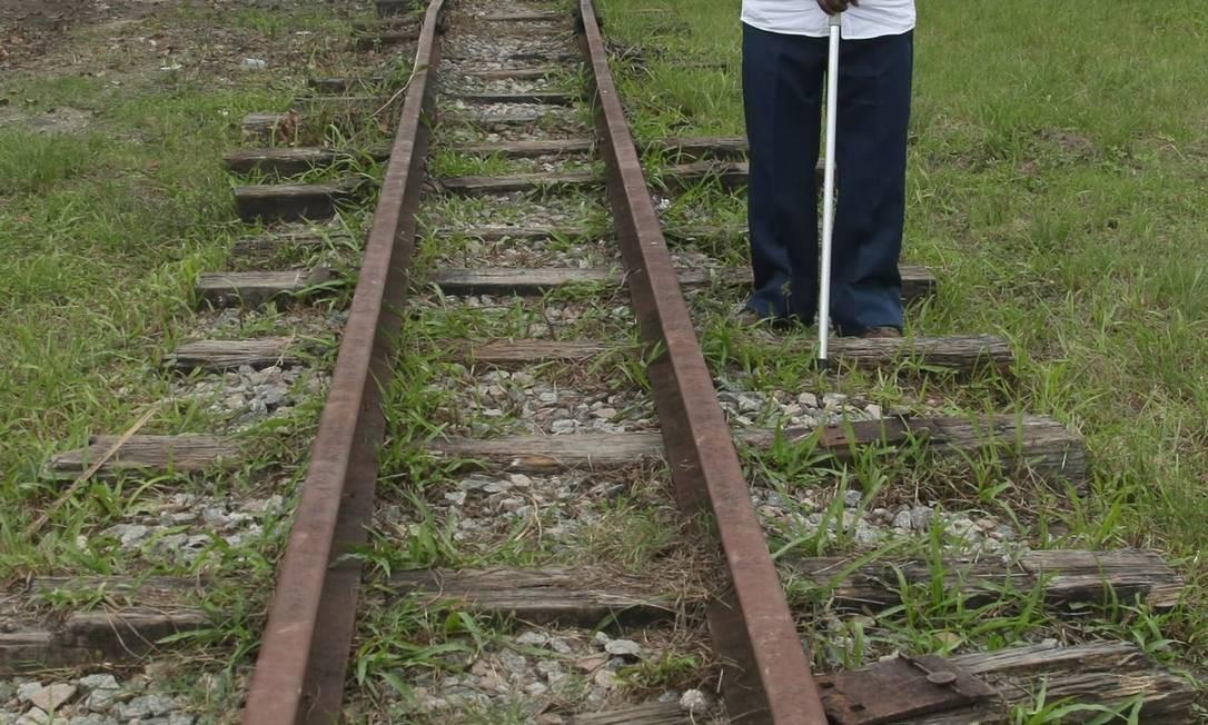 Fim da linha: Albertino Miguel, um dos últimos maquinistas a circular nos ramais da antiga linha da Leopoldina, na primeira estação de trem do Brasil, em Guia de Pacobaiba, que sofre com abandono Foto: Custódio Coimbra / O Globo