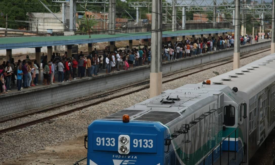 Passageiros aguardam na estação de Saracuruna para que um trem os leve para a Central Foto: Custódio Coimbra / O Globo