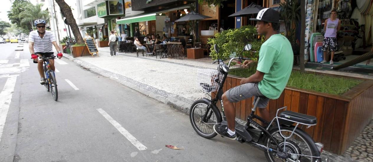 Ciclista passeia em Ipanema: donos de bicicletas elétricas não serão mais multados Foto: Marcelo Piu / O Globo