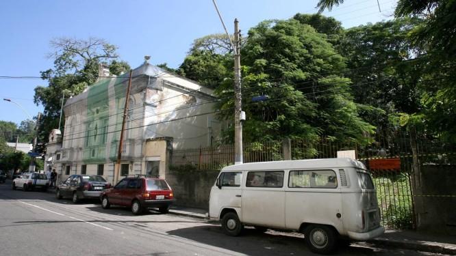 Fachada do Museu Antônio Parreiras à esquerda. O terreno à direita foi desapropriado pelo governo estadual para a construção de uma galeria de arte contemporânea Foto: Luiz Ackermann