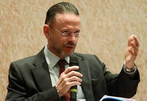 O presidente do BNDES, Luciano Coutinho, participa de seminário no Rio Foto: Gabriel de Paiva / O Globo