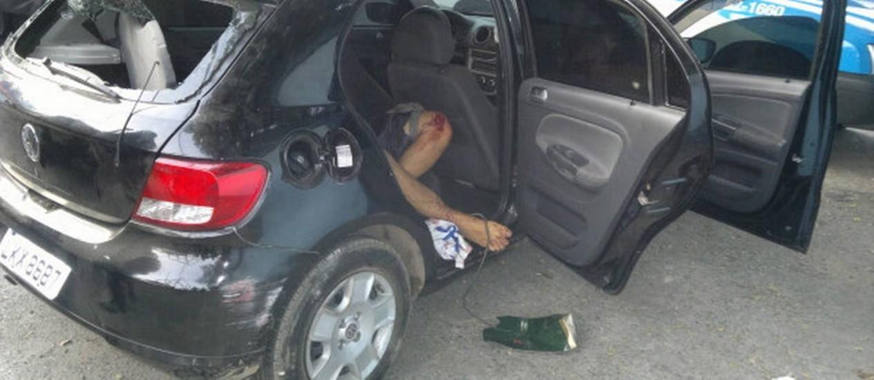 O corpo de Matemático ficou dentro do carro atingido pelos tiros, na Favela da Coreia Foto: Reprodução/Bope